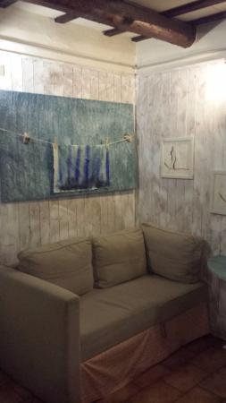 Montecassiano, Italia: saletta di ingresso e opere d'arte