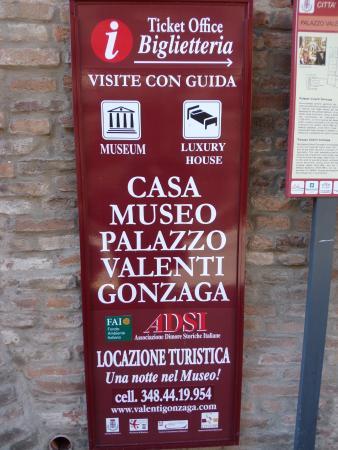 Casa Museo Palazzo Valenti Gonzaga: Cartello turistico del Palazzo/Museo.