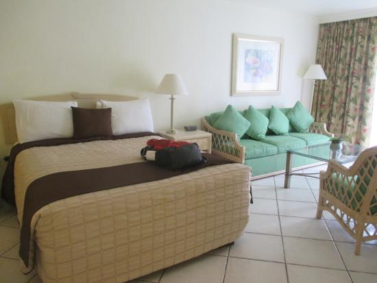 Golden Strand Ocean Villa Resort: bed and chair