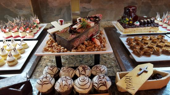 More halloween buffet desserts picture of majestic - Idee de decoration pour halloween ...