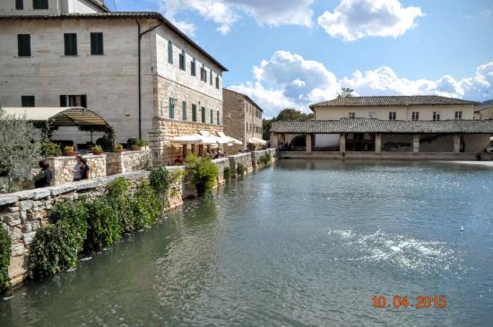 La chiesa di sann giovanni battista foto di terme bagno vignoni san quirico d 39 orcia tripadvisor - Dormire a bagno vignoni ...
