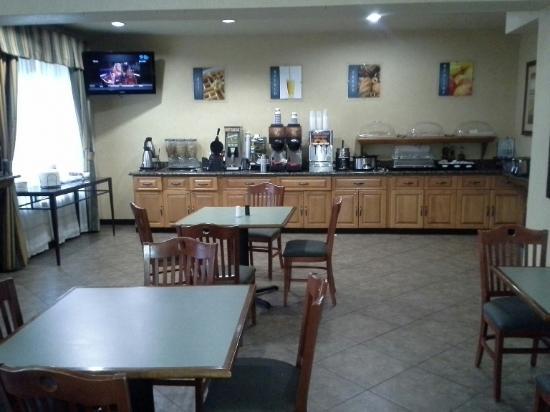 BEST WESTERN Windsor Pointe Hotel & Suites-AT&T Center: Breakfast Area