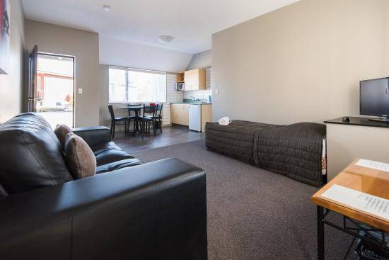 Manuka Crescent Motel: one bedroom aparment living area