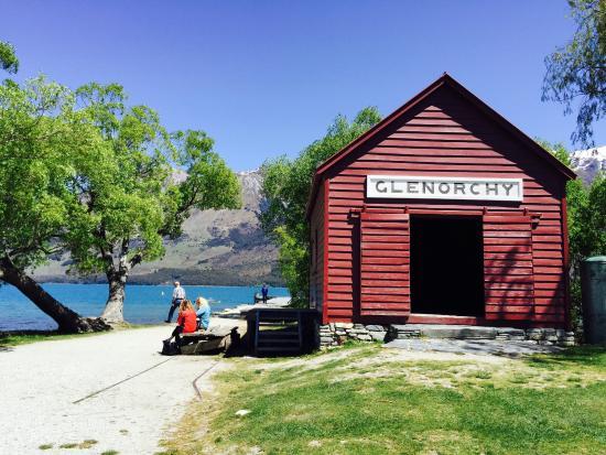Bold Peak Lodge: Near the dock a few blocks away