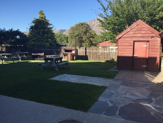 Bold Peak Lodge: Back yard