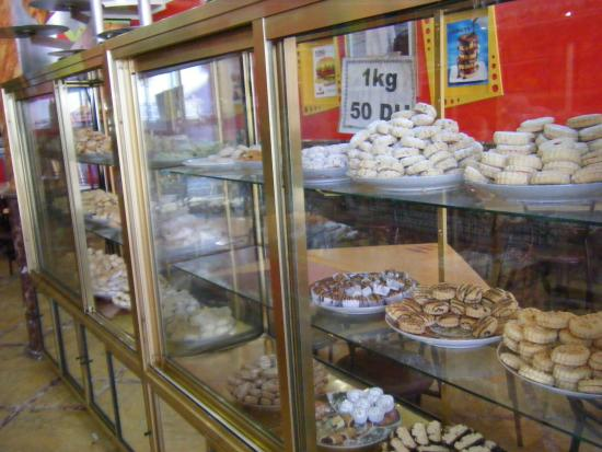 Chez Aziz : Case of sweets