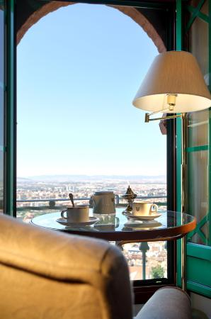 Alhambra Palace Hotel: Widok na Granade. Wliczony w cen€.