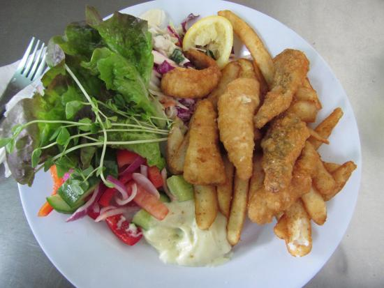 Pelican Rocks Seafood Restaurant: Fish and chips with flathead tails.