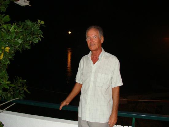 Chrani, Grekland: Chef bei Vollmond auf seiner Veranda