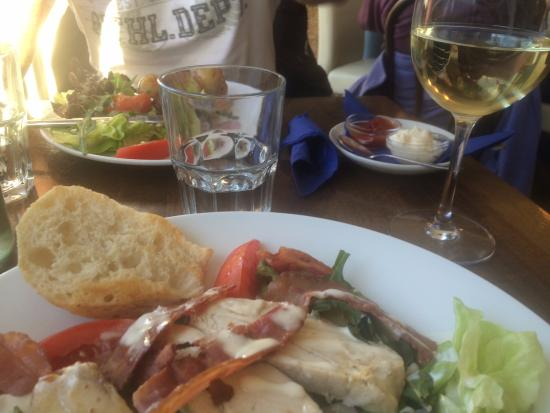 Crosshaven, Irland: Chicken and Bacon Salad and a Glass of Pinot Grigio