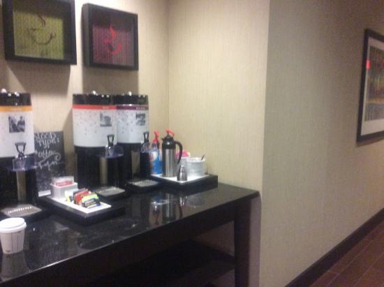 Hampton Inn Augusta: Lovely beverage center