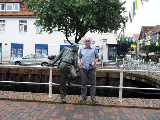 Buxtehude, ألمانيا: Meu marido posando junto ao único monumento de Buxtehude