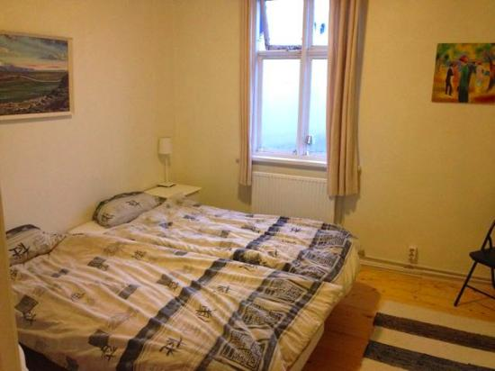Flying Viking Guesthouse : Room with two twin beds, window overlooking the street out front