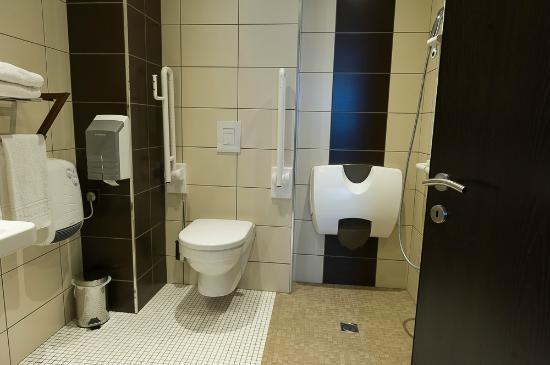 salle de bain personne mobilit r duite picture of cottage hotel dudelange tripadvisor. Black Bedroom Furniture Sets. Home Design Ideas