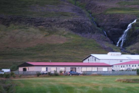 Budardalur, İzlanda: Hotellet set fra vejen
