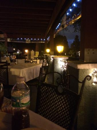 Gargi's Lakeside Italian Ristorante: Romantic outdoor patio