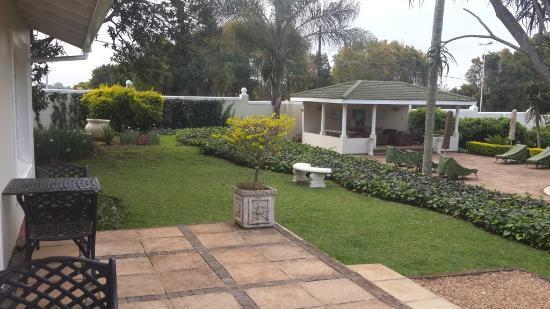 Valley Lodge: gardens near the popl