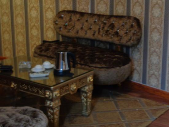 Mai Hotel Hanoi: красивый диван с пылью в выемках