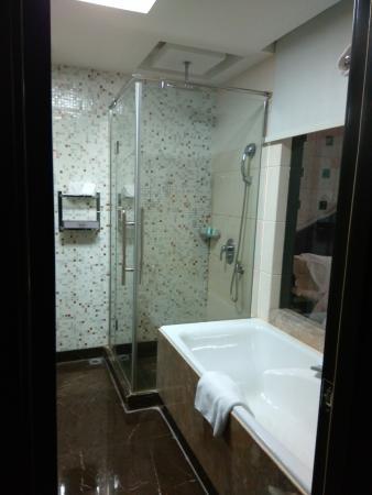 Yun's Paradise Waltz Boutique Hotel: Bañera y ducha