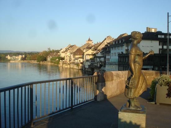 Rio Reno ( sobre a ponte) com Hotel SChiff am Rhein ao fundo