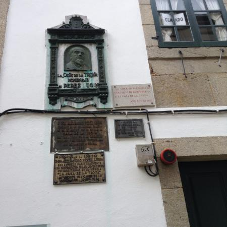 Hospital Real: Placa conmemorativa a Perez Lugin