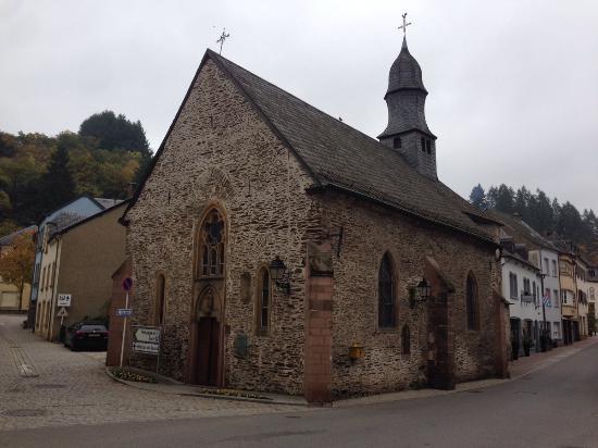 Auberge de l'Our : Вид из номера на красивую церковь