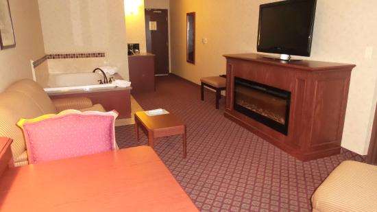 Broadway Hotel Aurora/Naperville: Hot Tub/Fireplace Suite