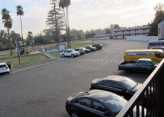 Motel 6 Visalia : Car park and pool
