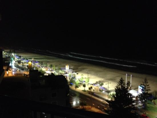 Surf Regency Apartments: Night view from the balcony
