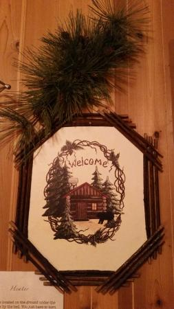 Lake View Lodge: Art on Wall of Cozy Cottage