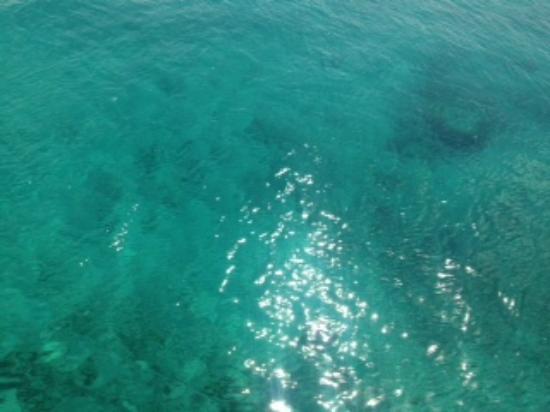 水納ビーチ, 眩しいエメラルドグリーン