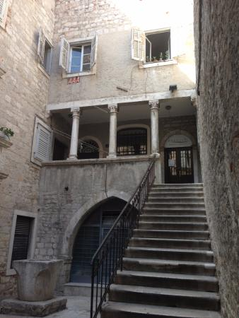 Apartments Fortezza: Entry to the apartment, via beautiful old town