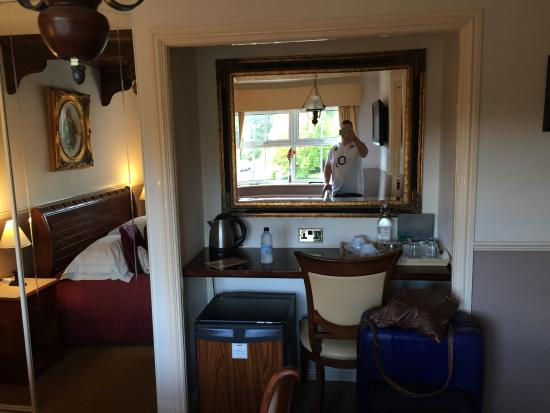 Marston Green, UK: dressing table, mini bar/fridge with snacks free of charge