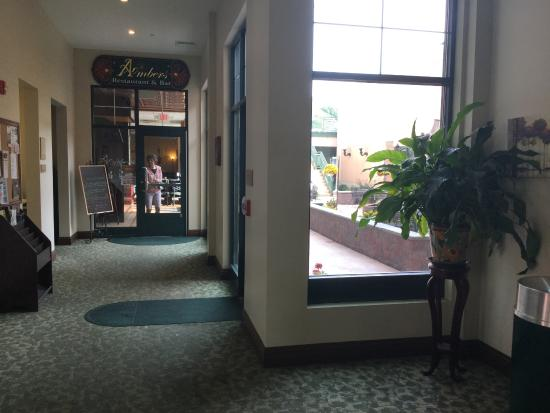 The Carbondale Grand Hotel & Conference Center : ENTRANCE TO BAR AND RESTAURANT