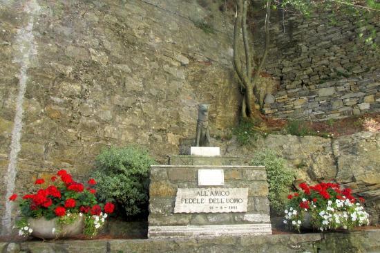 Camogli, Italy: Monument en la mémoire du chien