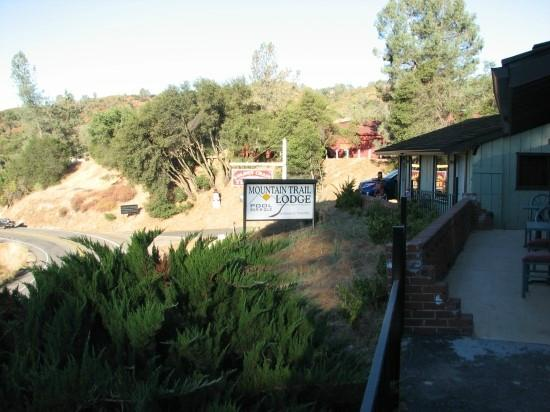 Mountain Trail Lodge: 입구쪽에서 본 숙소 앞 도로와 로지 간판