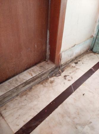 East Palace Hotel & OYO Rooms Joka IIM Calcutta: floor outside bathroom