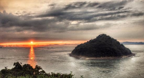 Cape Osaki-no-Hana: 瀬戸大橋の夕日を五色台大崎の鼻より