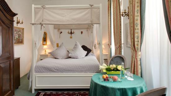 Chambre Double Avec Lit Baldaquin Picture Of Hostellerie Le
