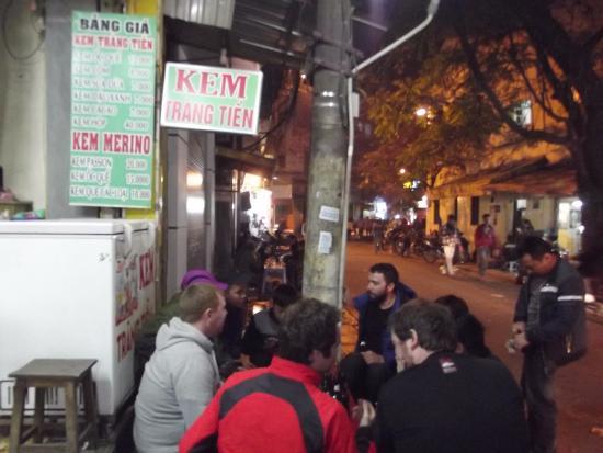 Hanoi Ruby Hotel: вид вокруг отеля вечером