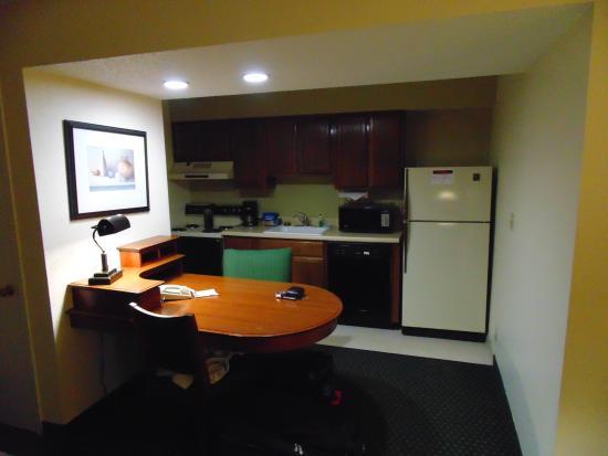 Hawthorn Suites by Wyndham Akron/ Fairlawn: Cozinha e Lavanderia