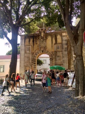 Arched entry near Castelo de S. Jorge