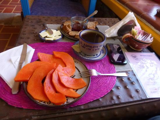 El Zopilote Mojado : Iniciando el desayuno. Mucha más fruta de la esperada