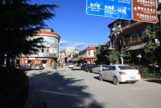 Shangri-la Old Town Hotel: calle del hotel