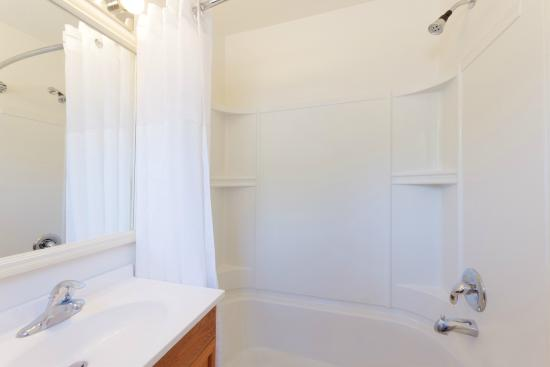 Travelodge by Wyndham Cortez: Standard Room Bathroom