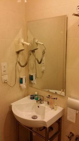 DeGalleria Hotel: Hair Dryer, Sink