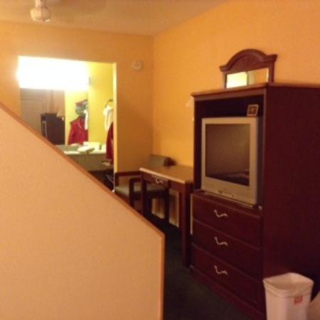 Econo Lodge: small sitting area near door and window