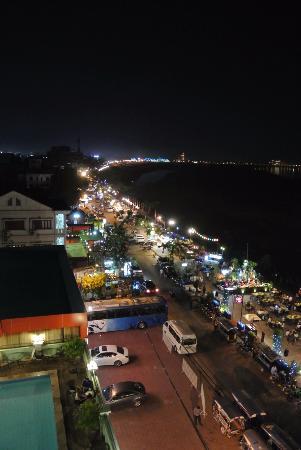 Vansana Riverside Hotel : 夜の景色が昔より賑やかになった