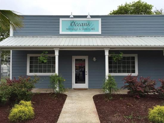 Ocean Isle Beach, Carolina del Norte: Entrance is actually the entrance to Oceans Massage & Skin Care.  Spa is inside there.