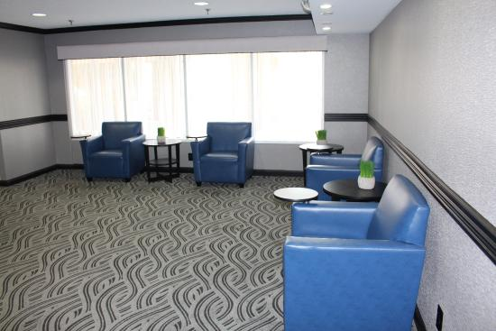 Baymont Inn & Suites Canton: Lobby Work/Sitting Area